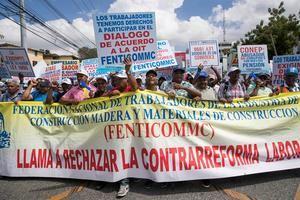 Cientos de manifestantes fueron registrados este miércoles al participar en una marcha hasta el Congreso Nacional, para expresar sus demandas durante la conmemoración del Día Internacional de los Trabajadores, en Santo Domingo (República Dominicana). EFE Cientos de dominicanos marchan por mejoras en el Día Internacional del Trabajo  Al pulsar, contabiliza la descarga Santo Domingo, 1 may (EFE).- Cientos de personas participaron este miércoles en Santo Domingo en una marcha con motivo del Día Internacional de Trabajo, que discurrió de manera pacífica hasta la sede del Congreso Nacional, y en la que se hicieron múltiples referencias a la modificación de la Ley de Seguridad Social.
