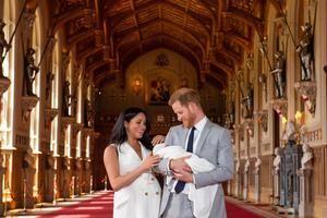 El príncipe Enrique y Meghan, duquesa de Sussex, posan junto a su recién nacido en Windsor (Reino Unido), este miércoles