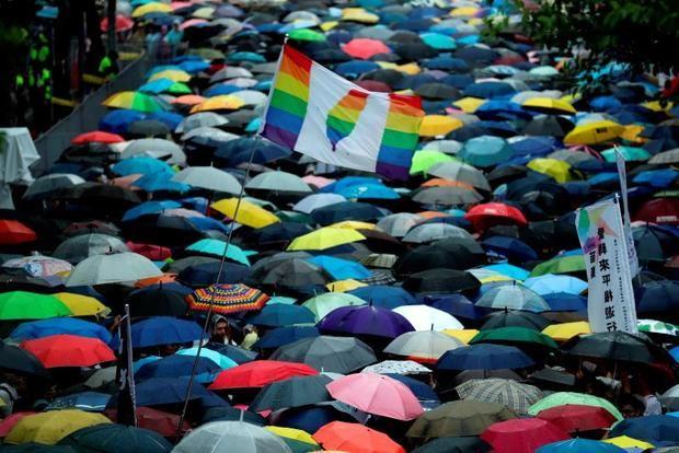 Simpatizantes del matrimonio de parejas del mismo sexo se reúnen fuera del Parlamento durante un debate para su aprobación como ley este viernes, en Taipei (Taiwán).