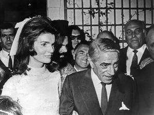 El magnate naviero Aristóteles Onassis y la 'viuda de América', Jacqueline Kennedy, durante la ceremonia de su boda en la isla de Skorpios en 1968.