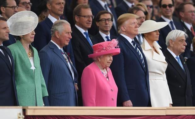 El presidente galo Emmanuel Macron, la primera ministra Theresa May, el príncipe Carlos de Inglaterra, la reina Isabel II, el presidente de los EEUU Donald Trump y su mujer, Melania, y el presidente griego Prokopis Pavlópulos asisten a la ceremonia de conmemoración por el 75º aniversario del desembarco de Normandía en Portsmouth, Reino Unido, este miércoles.