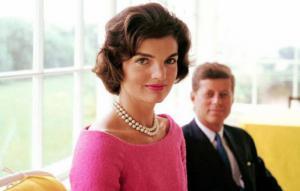 Jackie Kennedy junto a John F. Kennedy (Detrás).