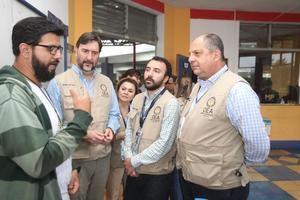El jefe de la misión electoral de la Organización de los Estados Americanos (OEA), el expresidente costarricense Luis Guillermo Solís (d), visita este domingo un colegio electoral en la zona 7 de Mixco, durante las elecciones generales, en Ciudad de Guatemala (Guatemala).