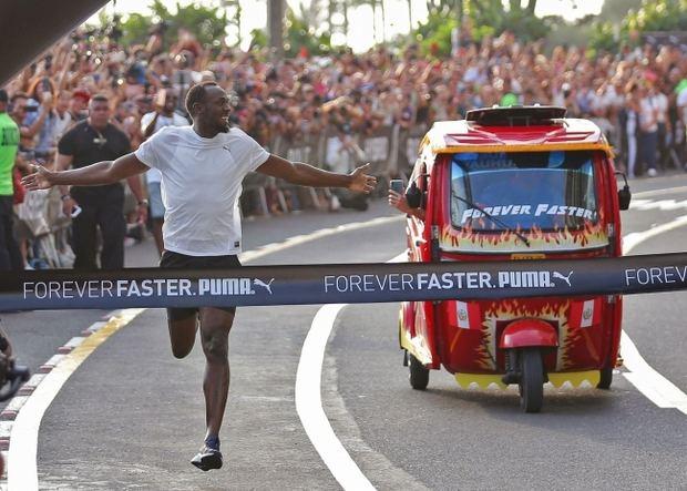 Usain Bolt gana una carrera en Lima a un mototaxi sin despeinarse