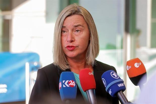 La jefa de la diplomacia europea, Federica Mogherini, atiende a la prensa a su llegada a la reunión del Consejo de Exteriores de la UE este lunes en Luxemburgo.