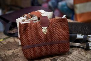 Bolsas y zapatos de diseño estimulan nuevo auge del henequén en México.