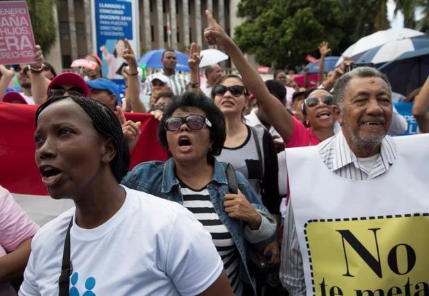 Cientos de personas se manifestaron este jueves ante el Ministerio de Educación de la República Dominicana en rechazo a la 'ideología de género' y el matrimonio homosexual, prohibido en el país. Imágenes: