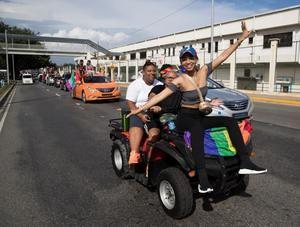 Una caravana arcoíris recorre Santo Domingo por los derechos del colectivo LGTB.