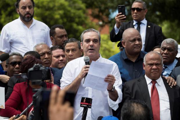 Cientos de dominicanos marchan contra una reforma para otra reelección de Medina