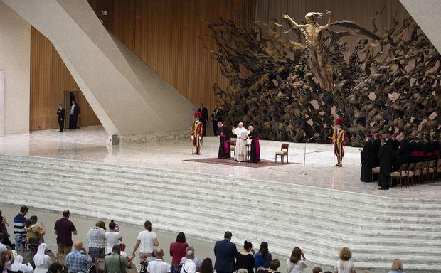 El papa pide una Iglesia 'sin fronteras', solidaria y atenta a los problemas.