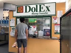 Una persona espera a que le atiendan en un local de envío de remesas este lunes en Downey, California.