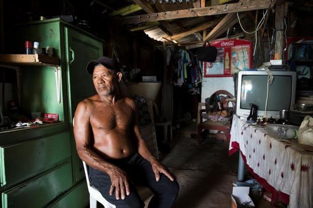 Esta barriada se levantó en Los Alcarrizos, municipio vecino a Santo Domingo, para dar cobijo a los damnificados por el huracán David, y desde entonces estas viviendas precarias se convirtieron en el alojamiento permanente de estas familias, que viven en extrema pobreza