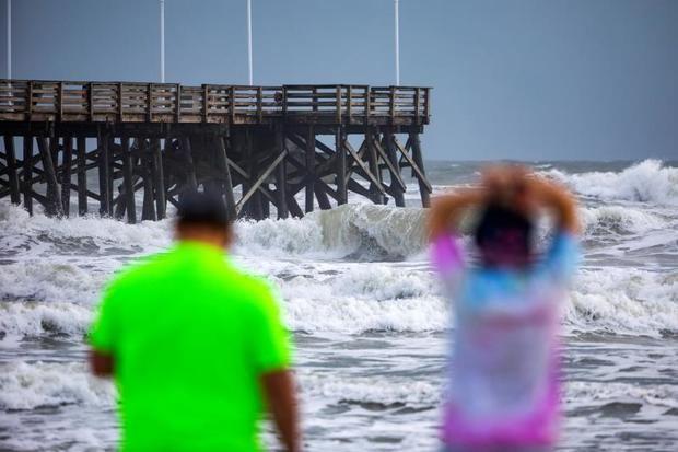 Dorian baja a categoría 2 pero aumenta en tamaño frente a la costa de EE.UU.