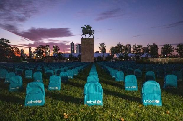 Un cementerio de mochilas escolares para recordar a niños muertos en guerras