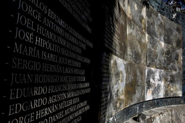 Miles de velas fueron encendidas este miércoles al atardecer en las inmediaciones del estadio Nacional, en Santiago, en recuerdo a las víctimas de la dictadura de Augusto Pinochet que fueron detenidas, torturadas y desaparecidas en el interior del que fue el mayor campo de concentración del país.