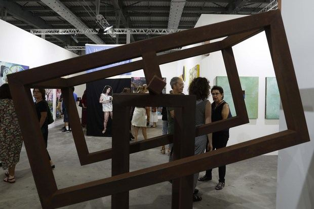 Un grupo de visitantes fue registrado este miércoles, en medio de obras de arte, durante la apertura de ArtRío, la mayor plataforma de valorización del arte brasileño, en Río de Janeiro, Brasil.