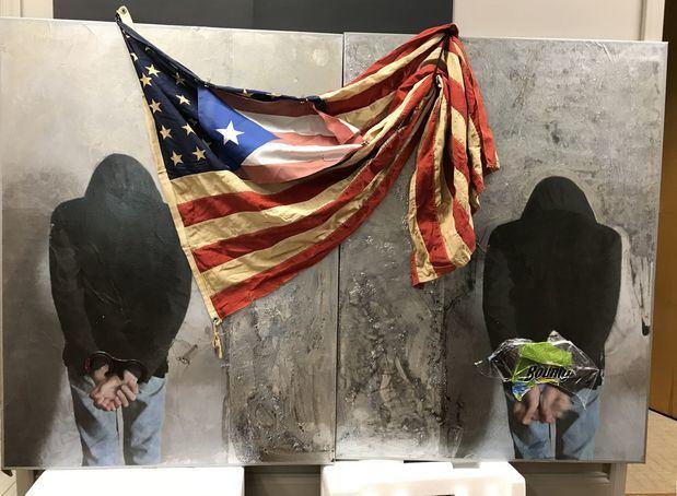 Fotografía cedida este jueves por el artista puertorriqueño Rodríguez Calero donde aparece su obra 'American Tragedy' que participa en una exhibición de arte latinoamericano en Nueva York (Estados Unidos).