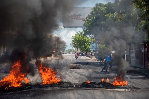 Manifestantes colocan una barricada durante protestas en una calle de la capital. Puerto Príncipe y varias capitales provinciales de Haití vivieron este martes la segunda jornada seguida de protestas contra la escasez de combustible, una serie de manifestaciones en las que ya se ha registrado un muerto.