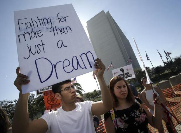 DACA, promulgado por el expresidente Barack Obama (2009-2017), evitó la deportación de unas 800.000 personas que llegaron a Estados Unidos siendo niños, pero la Administración de Donald Trump consideró que la medida excedía las atribuciones del poder Ejecutivo.
