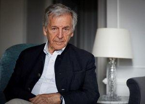 El director francés de origen griego Konstantinos Costa-Gavras, que esta noche recibirá el Premio Donostia del Festival de San Sebastián por toda una carrera de cine de compromiso social y político, posa este sábado durante una entrevista concedida a Efe.