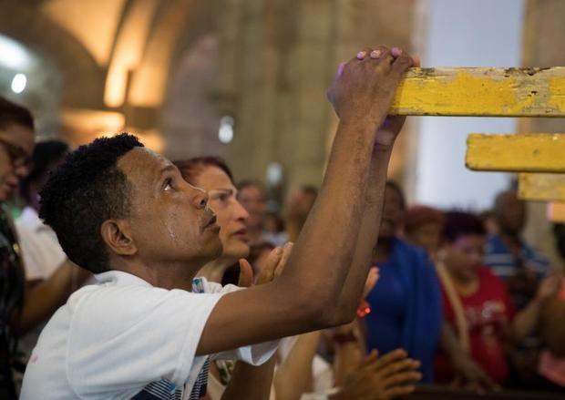 Un hombre fue registrado este martes al llorar de rodillas, durante la procesión de la Virgen de las Mercedes, patrona del país, en Santo Domingo (República Dominicana).