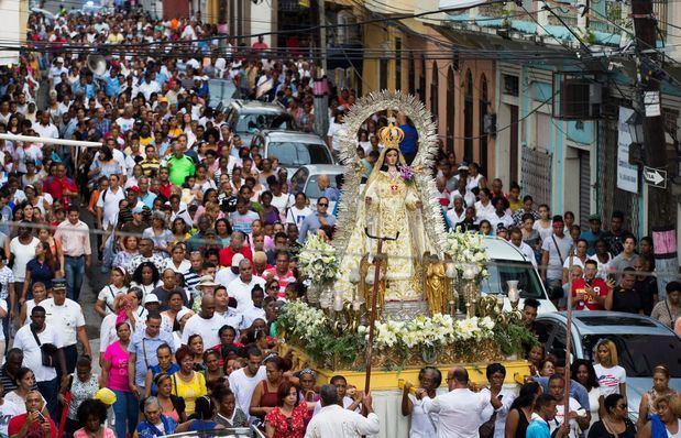Centenares de dominicanos fueron registrados este martes, durante la procesión de la Virgen de las Mercedes, patrona del país, en Santo Domingo (República Dominicana).