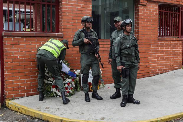 Un militar retiraba ofrendas florales en la entrada del Comando General de la Armada Bolivariana en Caracas, depositadas en honor al capitán venezolano, Rafael Acosta Arevalo,quien falleció el pasado 29 de junio en el Hospital Militar del Ejército, tras ser presuntamente torturado en la sede de la Dirección General de Contrainteligencia Militar (Dgcim).