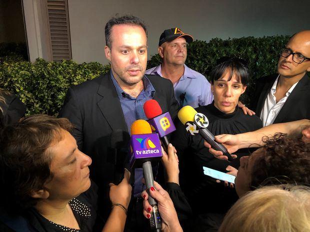 La representante del fallecido cantante mexicano José José, Laura Núñez, y los hijos del artista José Joel Sosa y Marysol Sosa fueron registrados este domingo al atender a la prensa, a las afueras de una comisaría en el condado de Miami-Dade.