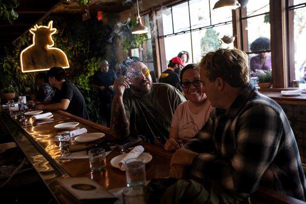 Los clientes se reúnen en Lowell Cafe, el primer café de cannabis que se abre en los EE. UU., el día de la inauguración en Los Ángeles, California, EE. UU., 01 de octubre de 2019.