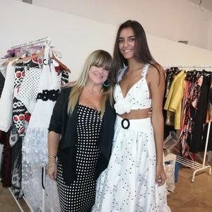 Lisa Thon posa con una de las modelos que lucen sus piezas.