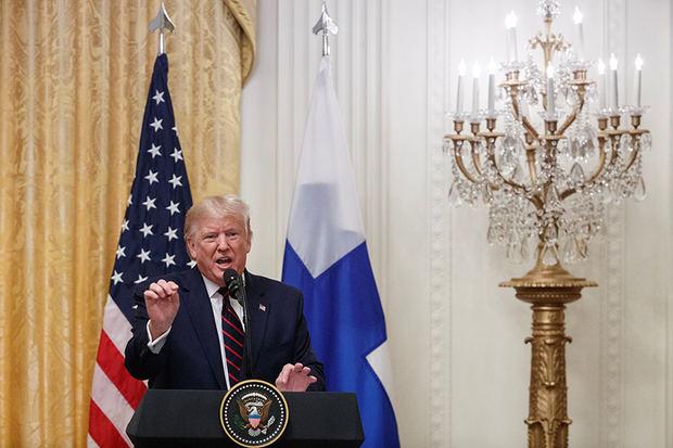 El presidente de los Estados Unidos, Donald J. Trump, responde a una pregunta de los medios de comunicación durante una conferencia de prensa conjunta con el presidente de Finlandia, Sauli Niinistö (no en la foto) en la Sala Este de la Casa Blanca en Washington, DC, EE. UU., 02 de octubre de 2019.