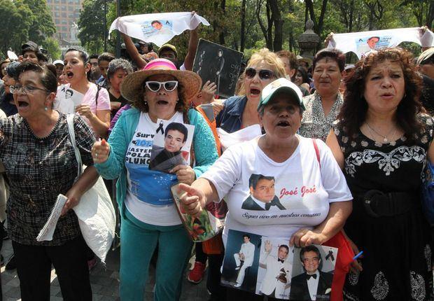Fanáticos recuerdan a José José con un macrokaraoke en Ciudad de México