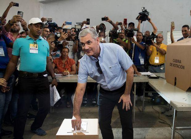 Los principales precandidatos a la Presidencia de República Dominicana votaron este domingo en las elecciones primarias que celebran de forma simultánea los partidos Revolucionario Moderno (PRM) y de la Liberación Dominicana (PLD).