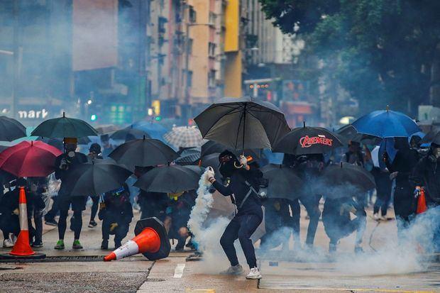 La Policía de Hong Kong y los manifestantes más radicales volvieron a enfrentarse esta madrugada en la ciudad semiautónoma.