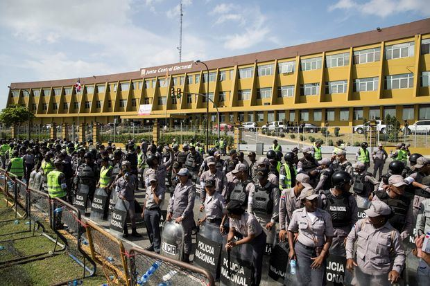 Policía Nacional blinda el ente electoral ante la protesta de Leonel Fernández