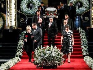 El féretro con parte de las cenizas del cantante mexicano José José llega a su homenaje este martes, en el Palacio de Bellas Artes, en Ciudad de México (México).