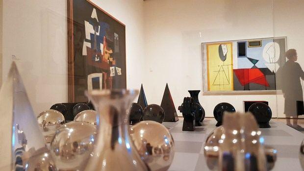 Vista de un ajedrez diseñado por el artista Man Ray junto a los cuadros 'Arlequín' (i) y 'Estudio' (d), de Pablo Picasso, colgados en la sala París de los años 20, una de las nuevas salas remodeladas del icónico museo de Arte Moderno de Nueva York (MoMa).
