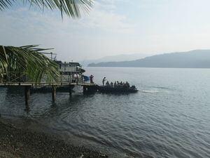 Registro de una embarcación con turistas en el puerto de Bahía Solano, en el Pacífico de Colombia.