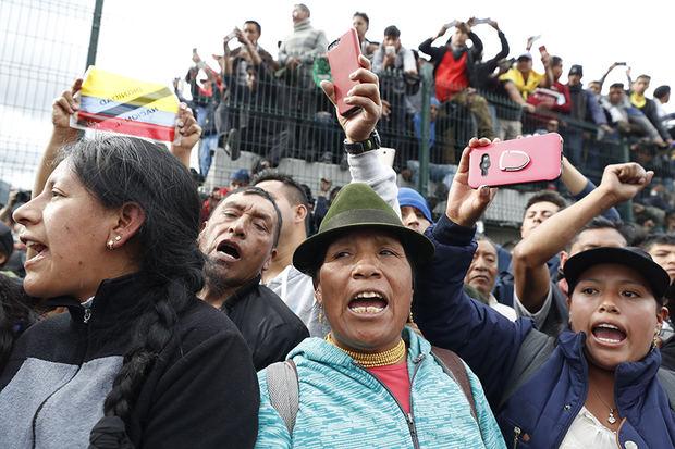 Indígenas participan en una manifestación contra las medidas económicas adoptadas por el Gobierno presidido por Lenin Moreno tras un acuerdo con el Fondo Monetario Internacional, este jueves en Quito (Ecuador).
