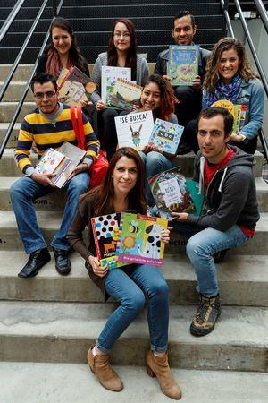 Fundadora de Little Bookmates, Ariadna Trapote posando con su equipo de trabajo al término de una entrevista en Ciudad de México.