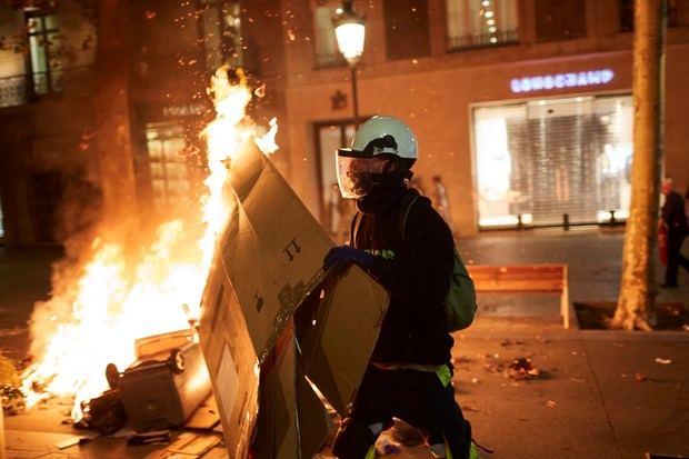 Participantes en los disturbios que se han producido esta noche tras la concentración convocada junto a la Delegación del Gobierno en Barcelona, durante la segunda jornada de protestas contra la sentencia condenatoria del Tribunal Supremo a los líderes independentistas del procés.