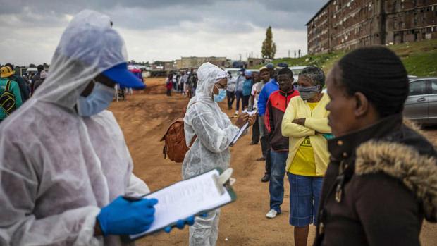 Sudáfrica, mayor foco de la covid-19 en África, inicia la vacunación general