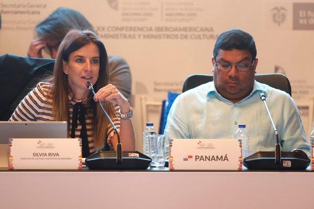La ministra de cultura de Andorra, Silvia Riva, habla junto a su homólogo de Panamá, Carlos Aguilar, en la clausura de la XX Conferencia de Ministros Iberoamericanos de Cultura este viernes en Bogotá (Colombia).