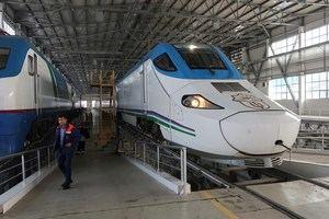 El tren español de alta velocidad de Talgo, el símbolo de la apertura al exterior de Uzbekistán, lleva a cientos de miles de turistas hasta las joyas de la antigua Ruta de la Seda, situadas en el corazón de la antaño inhóspita Asia Central. En la imagen, Centro de Mantenimiento de Talgo en Tashkent.