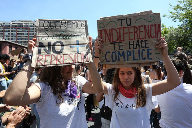 Cientos de personas se manifiestan durante una jornada de protestas este en Santiago, Chile.