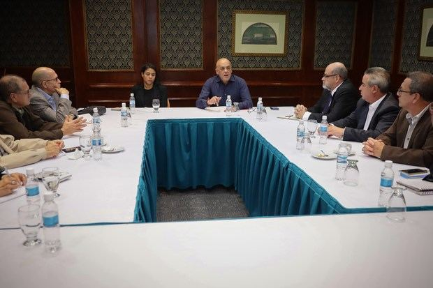 El ministro de Comunicación de Venezuela, Jorge Rodríguez (c-d), participa este lunes en la instalación de la mesa de dialogo entre el Gobierno y algunos partidos políticos de oposición, donde se debate la conformación de un nuevo Consejo Nacional Electoral, economía nacional y partidos políticos.