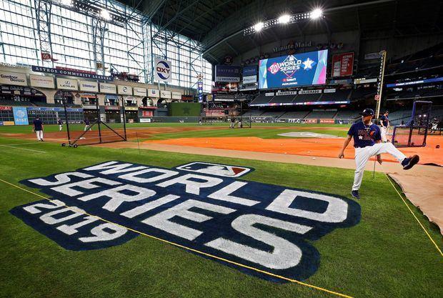 El jugador de los Astros de Houston cruza la cuerda alrededor del registro de la Serie Mundial después de recoger una pelota de béisbol en la práctica de bateo durante el Día de los Medios de la Serie Mundial MLB 2019 en Minute Maid Park en Houston, Texas, EE. UU.