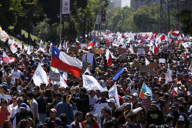 Chile sale a la calle en el sexto día de protestas para pedir la renuncia de Piñera