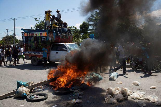 Cientos de personas se manifiestan el pasado viernes en contra del presidente Jovenel Moise, junto a una barricada en el barrio Tabarré de Puerto Príncipe (Haití).