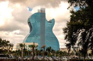 Una vista del primer hotel con forma de guitarra del mundo en el día inaugural en Seminole Hard Rock Hotel & Casino Hollywood, Florida. El hotel cuenta con un spa, espacio para reuniones y convenciones, y un lugar de entretenimiento, luego de una expansión de 1.500 millones de dólares.